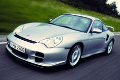 La GT2 voit le jour en 2001. Elle devient la 996 la plus puissante avec 462 chevaux tandis que son poids est inférieur à celui de la Turbo de 100 kilogrammes. Ses performances sont exceptionnelles : 315 km/h en vitesse de pointe et le 0 à 100 km/h abattu en 4,1secondes.