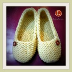 Ladies Slippers made with a small knitting loom. Free pattern with easy t… - Herzlich willkommen Knitting Loom Socks, Round Loom Knitting, Loom Knitting Stitches, Loom Knitting Projects, Knitting Videos, Free Knitting, Knifty Knitter, Knitting Tutorials, Loom Knitting For Beginners