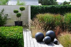 Metal ball sculptures to mirror Ball topiary Unique Gardens, Small Gardens, Outdoor Gardens, Modern Gardens, Contemporary Landscape, Landscape Design, Garden Design, Side Garden, Garden Pool