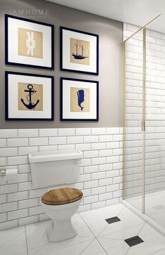 morskie grafiki na szarej ścianie w łazience z biała glazurą cegiełką i drewnianymi detalami - Lovingit.pl