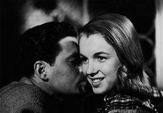 Ser um eterno ícone de juventude e beleza custou muito caro para a americana Norma Jean Mortenson. Para tal, foi preciso oferecer a própria saúde, identidade e vida, a fim de tornar-se, viver e morrer como Marilyn Monroe. Antes de alcançar o estrelato se tornar Marilyn, porém, Norma Jean viveu uma vida dura e pobre, migrando entre lares adotivos desde a primeira infância, entre abusos diversos, casamentos ainda na adolescência, e a busca incessante por sucesso, dinheiro e um amor que lhe…