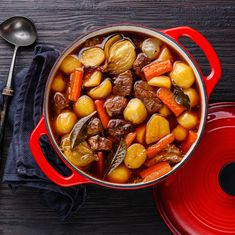 Traditionally English beef stew contains salt and pepper. However, this recipe adds spices and Worcestershire sauce and does not require extra salt. Best Beef Stew Recipe, Potato Stew Recipe, Steamed Potatoes, Roasted Potatoes, Spareribs, Braised Beef, Best Food Ever, Potato Dishes, Pork Ribs