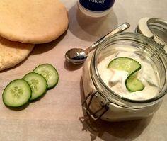 Zelfgemaakte Tzatziki. Lekker makkelijk om te maken, fris en o zo lekker. Ideaal bij lekker gekruid vlees of vis maar ook op een stokbroodje.