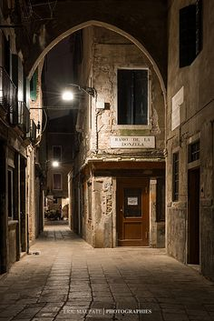 Venice at night, Italy. Not quite B & W, but lovely nevertheless Venice Travel, Italy Travel, Beautiful World, Beautiful Places, Rome, Spooky Places, Regions Of Italy, Michelangelo, Naples