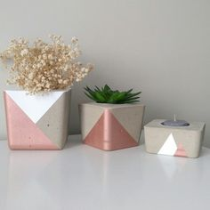 Kit Kirra no Cement Flower Pots, Concrete Pots, Painted Plant Pots, Painted Flower Pots, Diy Concrete Planters, Concrete Crafts, Flower Pot Design, Plant Decor, Diy Crafts