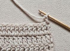 If you looking for a great border for either your crochet or knitting project, check this interesting pattern out. When you see the tutorial you will see that you will use both the knitting needle and crochet hook to work on the the wavy border. Crochet Double, Love Crochet, Learn To Crochet, Easy Crochet, Knit Crochet, Crochet Humor, Crochet Bags, Crochet Borders, Crochet Chart