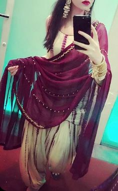 The dupatta with tiny pearls Punjabi Salwar Suits, Punjabi Dress, Indian Salwar Kameez, Churidar, Anarkali, Punjabi Fashion, Ethnic Fashion, Indian Fashion, Women's Fashion