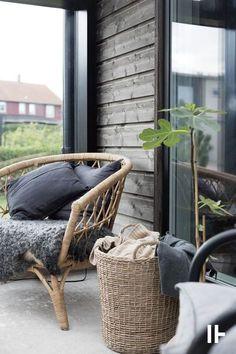 Modern and moody house exterior and boho patio styling Porch Garden, Terrace Garden, Balcony Gardening, Outdoor Spaces, Outdoor Living, Deco Design, Home Staging, Garden Furniture, Garden Inspiration