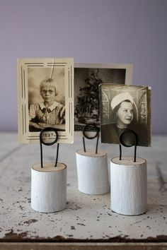 wooden and wire photo holders. by OliveSomeday Picture Holders, Photo Holders, Card Holders, Photo Centerpieces, Ideas Hogar, Cork Crafts, Wooden Crafts, Wooden Spools, Diy Photo