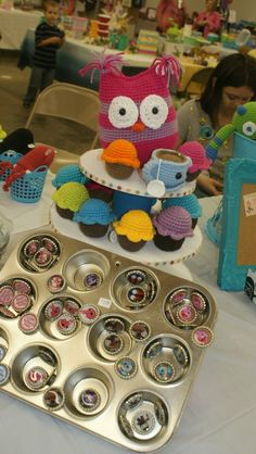 Definitely love this. I like the use of the cupcake tin to display buttons? It might be a good idea to put the ami cupcakes in there too and add coffee mug cozies to the tier.