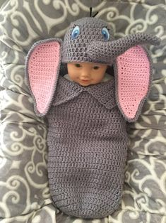 crochet baby cocoon Crochet baby dumbo cocoon and hat pattern Materials: Worsted weight yarn- Grey, Pink and small amount of black and crochet hooks Tapestry needle White, Blac Baby Dumbo, Baby Kostüm, Baby Set, Baby Newborn, Baby Toys, Baby Cocoon Pattern, Crochet Baby Cocoon, Newborn Crochet, Baby Clothes Patterns