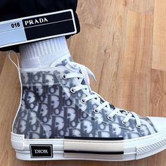 Sneakers Fashion, Fashion Shoes, High Top Sneakers, Shoes Sneakers, Mode Shoes, Instagram Baddie, Dior Shoes, Mode Streetwear, Minimalist Shoes