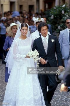 In 1978 Princess Caroline of Monaco married Philippe Junot channeling a youthful, romantic Dior Haute Couture ball gown, that was pure perfection for the young bride! Yellow Wedding Dress, Royal Wedding Gowns, Celebrity Wedding Dresses, Royal Weddings, Princess Wedding Dresses, Celebrity Weddings, Charlotte Casiraghi, Grace Kelly Granddaughter, Caroline Von Monaco