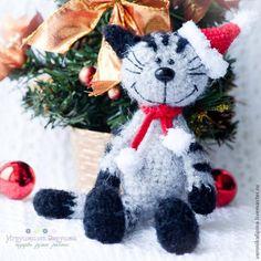 Amigurumi: New Year's cat. Free schematics for knitting toys. Amigurumi Free, Crochet Amigurumi, Amigurumi Toys, Amigurumi Patterns, Crochet Toys, Knitting Toys, Crochet Christmas Ornaments, Holiday Crochet, Christmas Cats