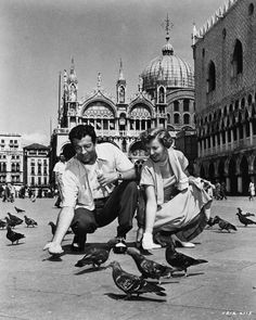 Check out this image from TCM. Full BTS shot of Barbara Stanwyck and Robert Taylor, who plays Marcus Vinicius (not in costume), feeding pigeons in St. Classic Hollywood, Old Hollywood, Hollywood Couples, Hollywood Stars, Vintage Photographs, Vintage Photos, I Robert, Barbara Stanwyck, Vintage Italy