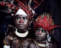 Photos d'enfants en Papouasie-Nouvelle-Guinée De multiples groupes indigènes Goroka s'étendent sur toute la superficie des montagnes de Papouasie-Nouvelle-Guinée. Entre 2010 et 2013, le photographe Jimmy Nelson a parcouru le monde pour immortaliser en images les nombreuses tribus indigènes menacées de disparition. Il nous livre à son retour une série de portraits en Papouasie-Nouvelle-Guinée portés sur la culture et le mode de vie de ces peuples.