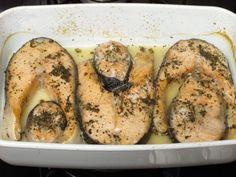 Rondelele de somon se presară cu sare şi busuioc şi se aranjează într-un vas termorezistent uns cu puţin ulei. Se bagă în cuptorul preîncălzit la 200 grade timp de 20 de minute. Separat se pregăteşte sosul de muştar. Se amestecă vinul cu piperul boabe şi muştarul boabe şi se pune pe… Fish Recipes, Zucchini, Goodies, Bread, Vegan, Dishes, Vegetables, Cooking, Recipes