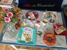 Alice im Wunderland Alice in Wonderland Party http://checkoutwonderland.com/2013/07/27/das-passiert-wenn-ich-allein-zu-hause-bin-oder-eine-teeparty-mit-alice/