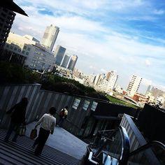 Pinを追加しました!/ソラマチ。スカイツリーを背にして歩いていたら、遠くに見える陽の当たる街並みになんだかどうしようもない懐かしさのようなものを感じてしまって。#東京 #tokyo #ソラマチ #soramachi