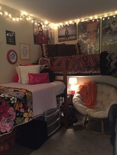 cool 52 Stylish Cool Dorm Rooms Style Decor Ideas - Home Design Dorm Layout, Dorm Room Layouts, Dorm Room Styles, Dorm Room Designs, Bedroom Styles, Dorm Room Setup, Warm Bedroom, Bedroom Decor, Bedroom Ideas