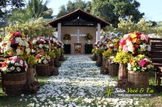 Decoração Floral em Estilo Rústico com Flores do Campo. Casamento com Cerimônia Religiosa ao Ar Livre.