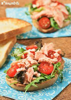 Para matar el gusanillo de medio día nada mejor que este Sandwich de salmón con pesto de aguacate