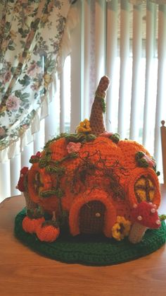 Nice pumpkin house picture, no pattern Crochet Game, Crochet Box, Crochet Amigurumi, Crochet Motifs, Crochet Flower Patterns, Crochet Toys Patterns, Knit Or Crochet, Crochet Gifts, Crochet For Kids