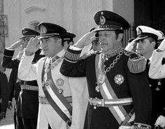 Don Augusto Pinochet Ugarte y el General Alfredo Stroessner en las puertas de la catedral de Asunción del Paraguay Stage Play, South America Travel, Great Leaders, Social Science, Chile, Augusto Pinochet, World History, Doors, Social Studies