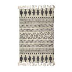 Der Block Teppich der dänischen Trendmarke House Doctor spielt mit verschiedenen, grafischen Formen in schwarz-grauen Farben auf weißem Hintergrund. Setzt wunderbare, optische Akzente, ohne aufdringlich zu wirken.