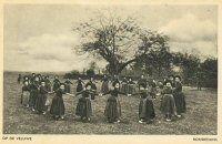 Rondedans van kinderen op de Veluwe, waarschijnlijk in Hierden 1900-1940 #Gelderland #Veluwe #oudedracht
