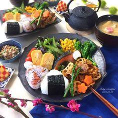 . 今日は、大好きな方に頂いた お気に入りのお皿でワンプレート朝ごはん。 . ✴︎ゆかりと梅と大葉のおにぎり ✴︎白おにぎり ✴︎北海道産 焼き鮭(母から) ✴︎野菜のソテー (菜の花、オクラ、マッシュルーム、アスパラ) ✴︎豚バラれんこんの甘酢炒め ✴︎卵焼き ✴︎うずらの卵 ✴︎バターコーン ✴︎サラダ ✴︎納豆 ✴︎白菜のお味噌汁 ✴︎りんごの飾り切り . 冷蔵庫の使ってしまいたい食材をかき集めて 全22品目のヘルシー朝ごはん✌️ . そして、 息子が今日で10ヶ月になりました あと2ヶ月で1歳なんて、、、 子供の成長って早いものですね . もう3人目のような扱い方するね(笑) って言われるぐらい、適当に というか、 細かい事は気にせずに子育てしてますが 毎日笑顔で、元気に成長してます☝️ . 相変わらず、 身長はチビ/体重は平均/頭は平均以上 の ドラエもん体型で育ってます。 頭がデカイから?なのか? 座れるようになるのもズリバイも 周りより遅かったな歩くのも遅いかな . 今だに夜中は泣いてミルクを欲しがるけど、 10ヶ...