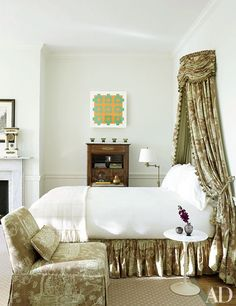 In a renovated 19th-century Philadelphia home, interior designer Thomas Jayne employed a Saarinen side table beside a bed draped in toile de Jouy.
