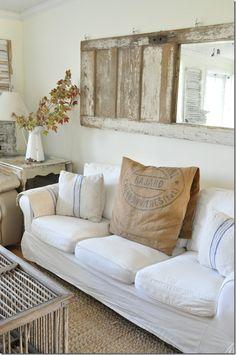 Woonkamer decoratie, oude deur met spiegel. Heel erg leuk voor boven de bank! Op zoek naar oude deuren? Vindt ze hier: http://www.destijdsch.nl/shop/deuren/oude_deuren