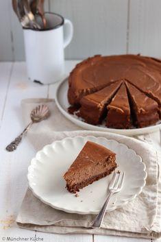 Der Klassiker schlechthin in einer schokoladigen Form. Der Schokoladen-Käsekuchen wird jeder mögen. Schön schokoladig und cremig im Geschmack. Der Keksboden ist das i-Tüpfelchen. Cheesecake, Muffins, Bakery, Pie, Sweets, Desserts, Food, Sweet Dreams, Cupcakes