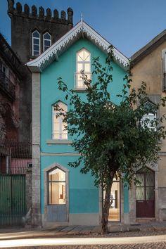 Chalé das Três Esquinas : Casas ecléticas por Tiago do Vale Arquitectos