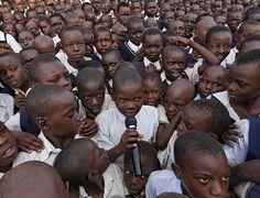 Alunos de uma escola em Uganda, entre eles órfãos de guerra, participam de uma assembleia em um colégio na cidade de Lira, em Uganda. Metade da população do país, que tem 34 milhões de habitantes, são crianças com menos de 15 anos