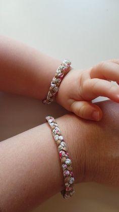 Coffret comprenant deux bracelets tressés : un pour maman et un pour bébé.  Bracelet tressé en cordon liberty Eloïse et suédine pailletée.  Attache couleur bronze. Longu - 16664186