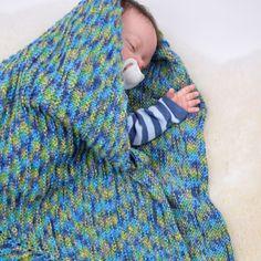 Asters är en skön babyfilt med räfflor i finaste färger. Babyfilten stickas runt – man börjar därför på strumpstickor tills man har nog maskor till att byta till rundsticka Filtens fina räfflor bildas med ett avigt varv in i mellan. Asters stickas av det fina Jaipur garnet som ger alla de fina färgskiftningarna och gör filten lite sprallig. Mått: Ung. 85 x 85 cm. Mycket nöje! #hobbiidesign #hobbiiasters #hobbiijaipur Knitting Patterns Free, Free Knitting, Free Pattern, Labor, Circular Needles, Knit Or Crochet, Stitch Markers, Baby Blankets, Gradient Color