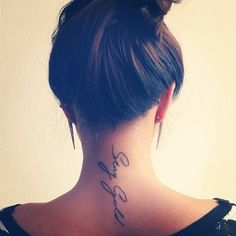 """Pequeño tatuaje en la nuca que dice """"Stay Gold"""", que significa algo así como """"no cambies""""."""