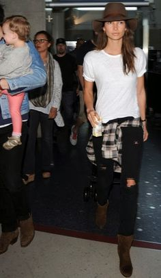 la modella mafia 2014 models off duty street style - Lily Aldridge in basics with a plaid shirt