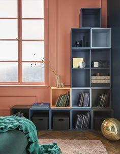 """Modulschränke wie EKET von IKEA erleichtern dir die Gestaltung auch ungewöhnlicher Aufbewahrungen, wie z. B. dieses spiegelverkehrte """"L"""" in einer Ecke. Blau- und Grautöne wie bei EKET Schrank hellblau gestalten ein einheitliches Erscheinungsbild, während ein andersfarbiges Element die Einheitlichkei"""
