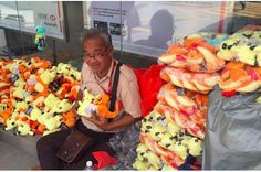 People Showed Up To Help This Street Vendor In The Best Way Possible