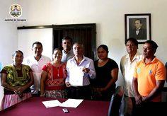 Entregan constancia a Leonides Santiago Carrasco como agente municipal de Chicapa de Castro.
