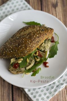 Broodje kip pesto. Hard bol Kipfilet zongedroogde tomaten rucola 2 eetlepels geroosterde pijnboompitjes Extra: Parmezaanse kaas Chicken Pesto Sandwich, Pesto Chicken, Healthy Meals For Two, Easy Healthy Recipes, Lunch Snacks, Lunches, 21 Day Fix, Sandwiches, Party Decoration