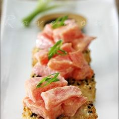 Spicy tuna over crispy rice. Can't have no Spicy, but the crispy rice intrigues me. Think Food, I Love Food, Good Food, Yummy Food, Delicious Recipes, Healthy Recipes, Fish Recipes, Seafood Recipes, Appetizer Recipes