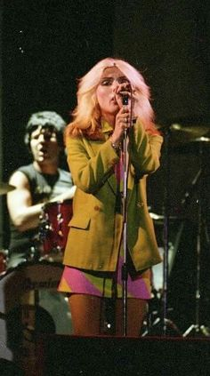 Clem Burke and Debbie Harry of Blondie. Debbie Harry Style, Blondie Debbie Harry, Debbie Harry Hair, Chica Punk, Rock And Roll Girl, 70s Inspired Fashion, Joan Jett, Glam Rock, Female Singers