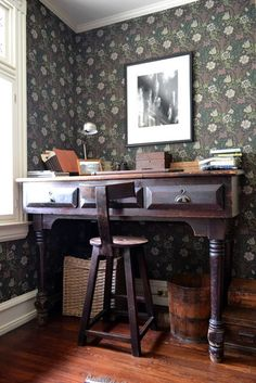 eclectic home office by Colleen Steixner love the wallpaper against white trim Rustic Home Offices, Small Home Offices, Living Room Interior, Home Interior Design, Bureau Design, Antique Desk, Wooden Desk, Room Planning, William Morris