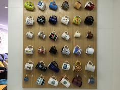Solução para armazenar a coleção de canecas. Elas se tornam decoração na parede da cozinha e liberam espaço nos armários.