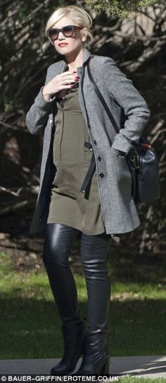 Mode et grossesse / Fashion and Pregnancy : Gwen Stefani Maternity Fashion, Pregnancy Fashion, Gavin Rossdale, Gwen Stefani, Dark Fashion, Gray Jacket, Skinny Pants, Black Blouse, Leather Pants