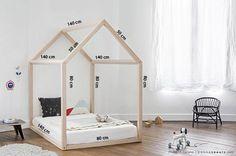 Heb jij ze ook voorbij zien komen? Die hippe kinderbedden met een houten frame in de vorm van een huis? Hoe cool is het als je kleintje in zo'n bed kan slapen? Ze staan superleuk in de kinderkamer! Doordat het matras gewoon op de vloer ligt, kan je kindje ook niet uit bed vallen, ideaal dus. Nu blijkt dat dit bedframe ook nog eens makkelijk te maken is! Met dit stappenplan maak jij ook in een handomdraai dit fantastische kinderbed. Dit heb je nodig: 10 lange schroeven 5 balken van 140 cm…